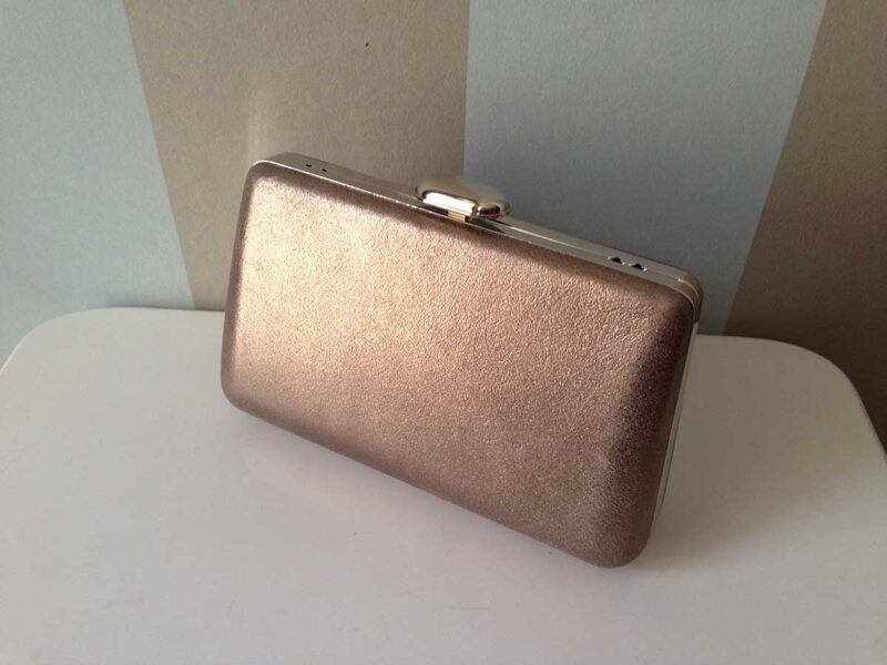 bolso de fiesta tipo clutch de piel color marron