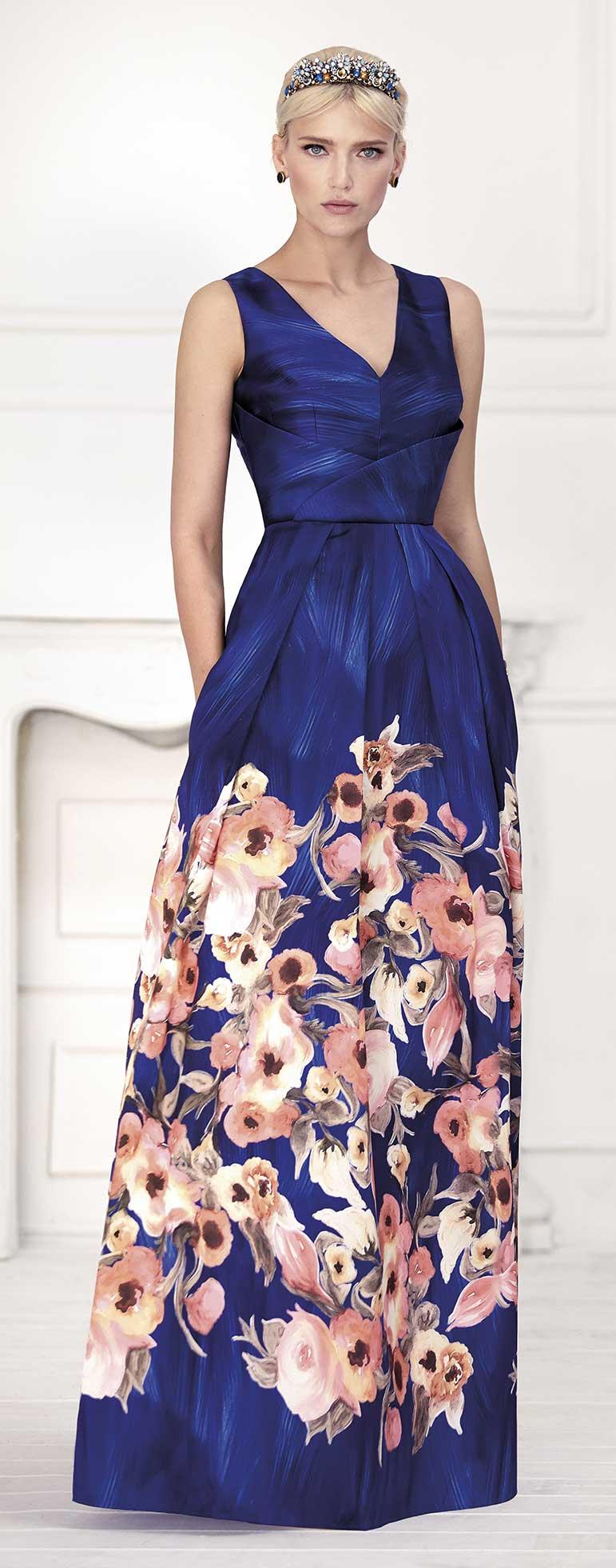 f99aaecc4 Vestido de fiesta largo estampado floral de la firma Carla Ruiz.