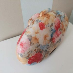 Bolso clutch ovalado con motivos florales