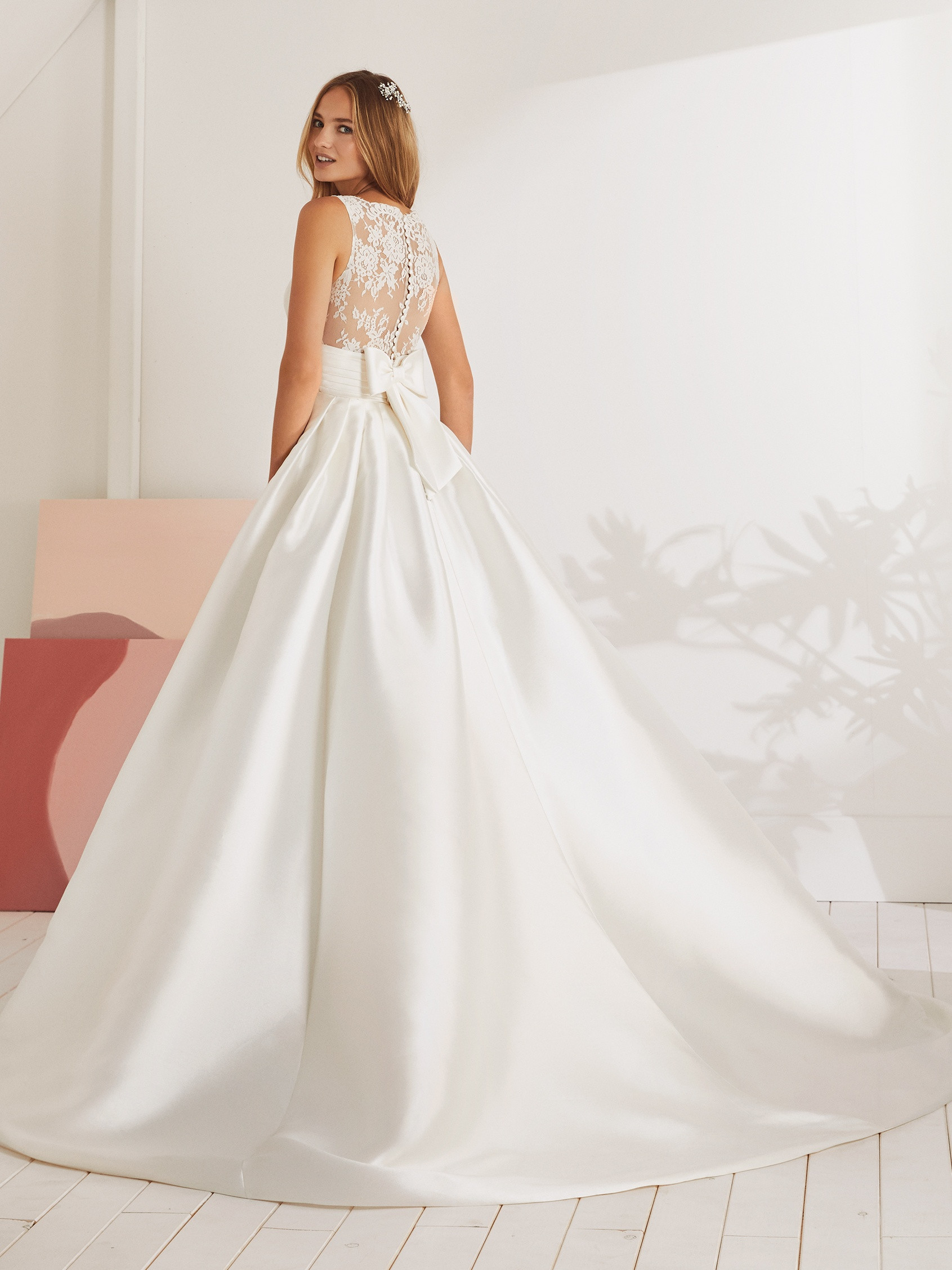 Vestido de corte princesa de micado con detalles de encaje en la esplada