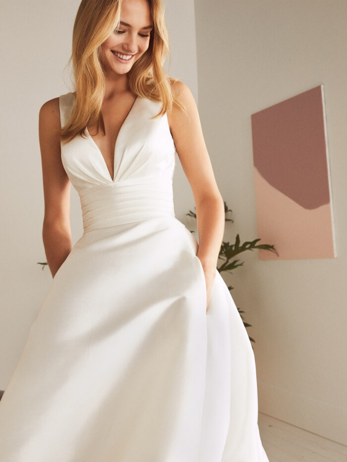 Vestido de novia corte princesa con espada de encaje